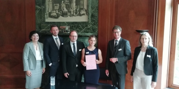 Preisverleihung, v.l.n.r.: Prof. Dr. Spießhofer, Dr. Martens, Dr. Weitze-Scholl, Larissa Richter (Preisträgerin 2019), Prof. Dr. Calliess, Dr. Beckmann-Petey